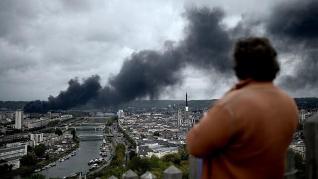 Incendiu uriaș la o uzină chimică în Franţa. Școli şi grădiniţe închise. Imagini apocaliptice - Imaginea 15