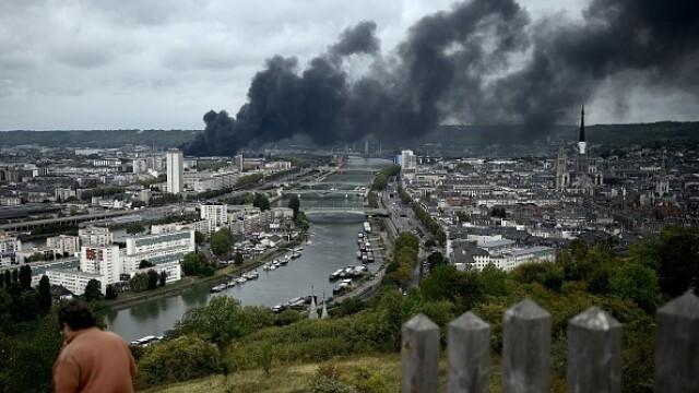 Incendiu uriaș la o uzină chimică în Franţa. Școli şi grădiniţe închise. Imagini apocaliptice - Imaginea 18