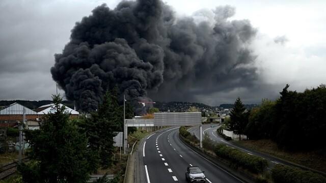 Incendiu uriaș la o uzină chimică în Franţa. Școli şi grădiniţe închise. Imagini apocaliptice - Imaginea 20