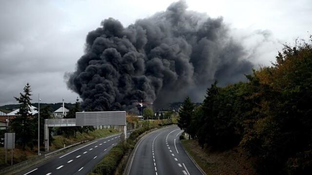 Incendiu uriaș la o uzină chimică în Franţa. Școli şi grădiniţe închise. Imagini apocaliptice - Imaginea 24