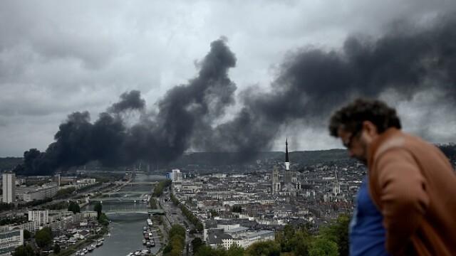 Incendiu uriaș la o uzină chimică în Franţa. Școli şi grădiniţe închise. Imagini apocaliptice - Imaginea 27