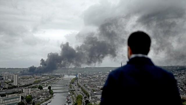 Incendiu uriaș la o uzină chimică în Franţa. Școli şi grădiniţe închise. Imagini apocaliptice - Imaginea 28