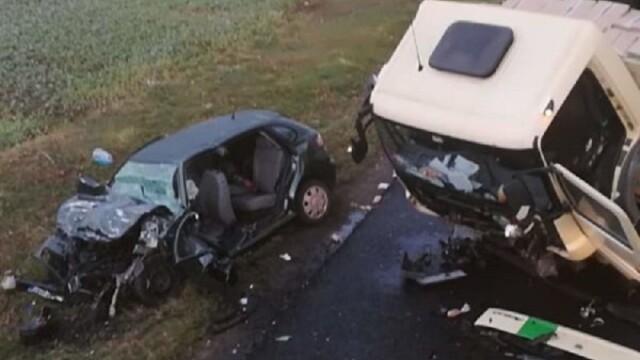 Impact frontal între un TIR şi un autoturism în Neamţ. O persoană a murit