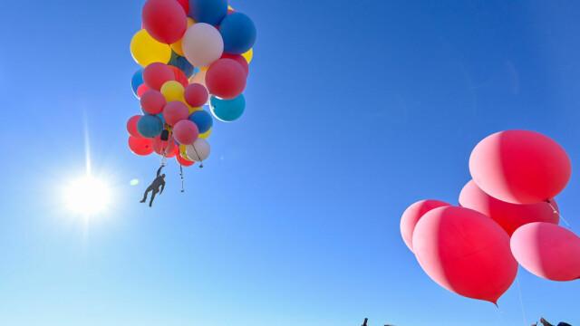 Cascadoria uimitoare realizată de iluzionistul David Blaine. Ce a reușit să facă cu 52 de baloane colorate - Imaginea 6