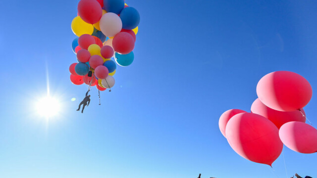 Cascadoria uimitoare realizată de iluzionistul David Blaine. Ce a reușit să facă cu 52 de baloane colorate - Imaginea 8