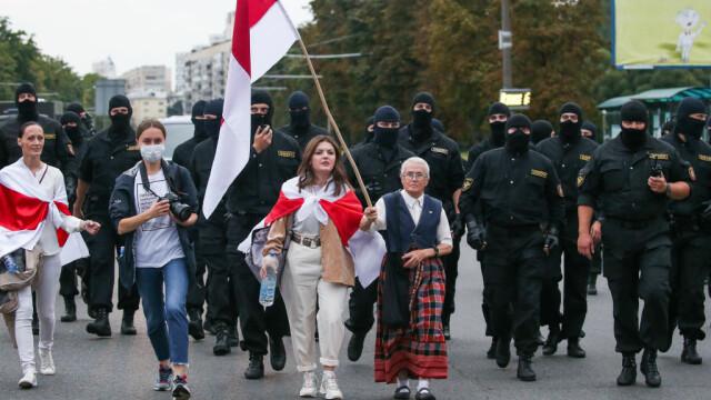 Celebră pe internet. O străbunică de 73 de ani îi înfruntă pe jandarmii din Belarus - Imaginea 1