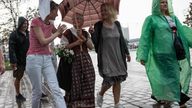 Celebră pe internet. O străbunică de 73 de ani îi înfruntă pe jandarmii din Belarus - Imaginea 2