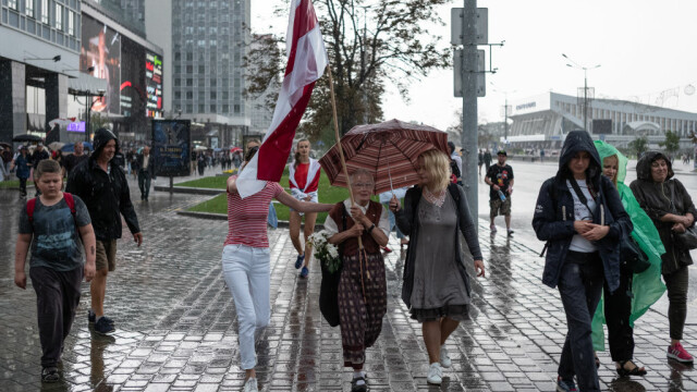 Celebră pe internet. O străbunică de 73 de ani îi înfruntă pe jandarmii din Belarus - Imaginea 3
