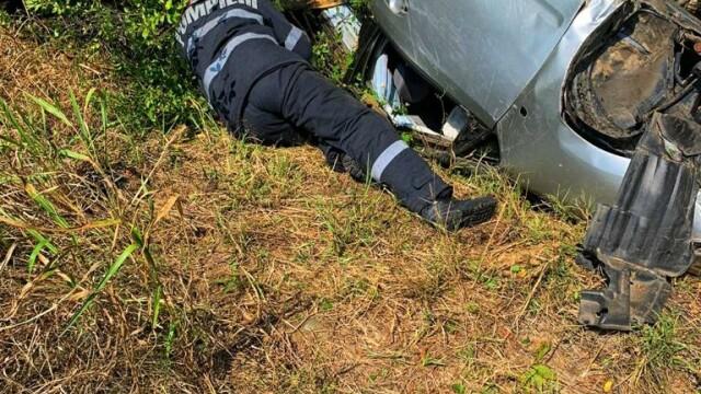 O tânără de 23 de ani s-a răsturnat cu mașina pe A1. Victima, găsită la 15 m de autoturism - Imaginea 2