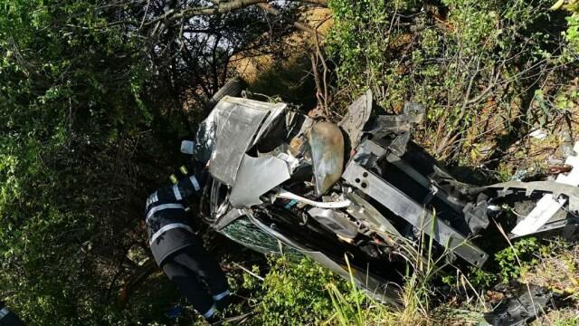 O tânără de 23 de ani s-a răsturnat cu mașina pe A1. Victima, găsită la 15 m de autoturism - Imaginea 3