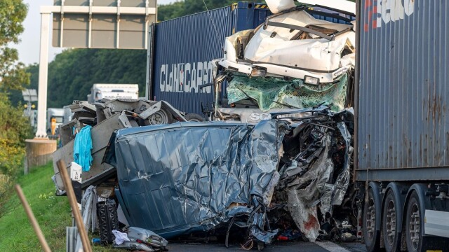 Carnagiu în Germania: 4 români au murit după ce mașina lor a fost prinsă între două TIR-uri. Vinovat e tot un român - Imaginea 1