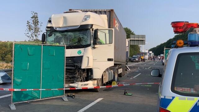 Carnagiu în Germania: 4 români au murit după ce mașina lor a fost prinsă între două TIR-uri. Vinovat e tot un român - Imaginea 2