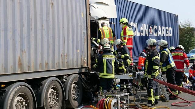 Carnagiu în Germania: 4 români au murit după ce mașina lor a fost prinsă între două TIR-uri. Vinovat e tot un român - Imaginea 3
