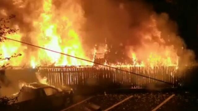 Incendiu de proporții în Câmpulung Muscel. Au ars patru case și 11 mașini