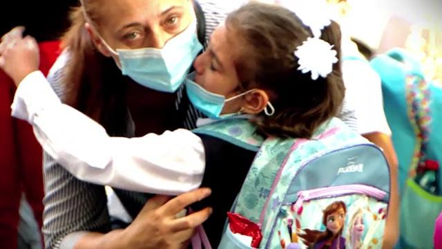 Tabloul începutului de an școlar, în vreme de pandemie. Copiii cu mască la gură, duși cu sfoara în clasă - Imaginea 1