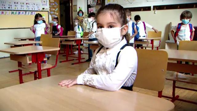 Tabloul începutului de an școlar, în vreme de pandemie. Copiii cu mască la gură, duși cu sfoara în clasă - Imaginea 3