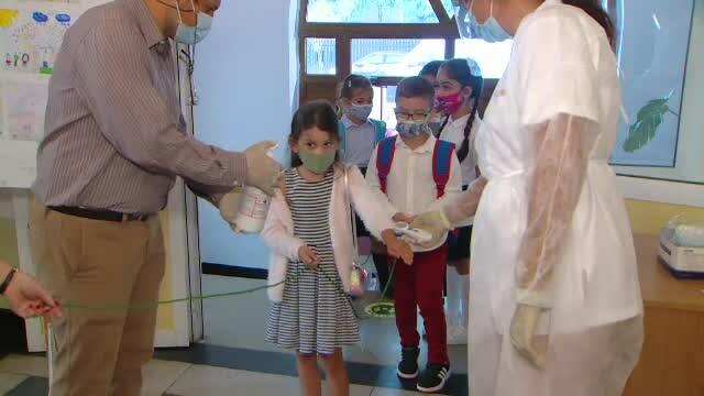 Tabloul începutului de an școlar, în vreme de pandemie. Copiii cu mască la gură, duși cu sfoara în clasă - Imaginea 5
