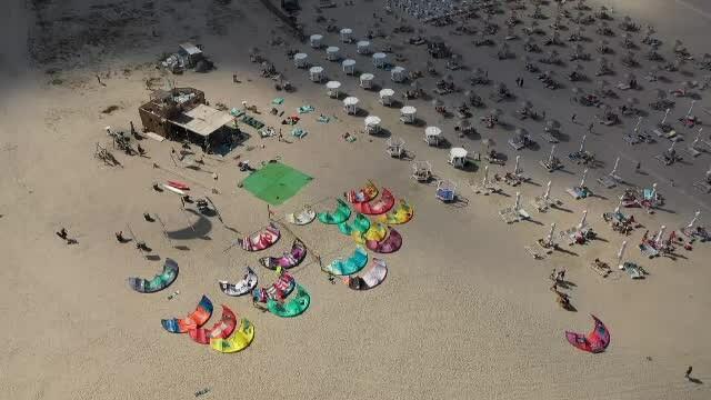 Turiștii au fost înlocuiți de practicanții de kite surfing, pe litoral. Cât costă cursurile de inițiere