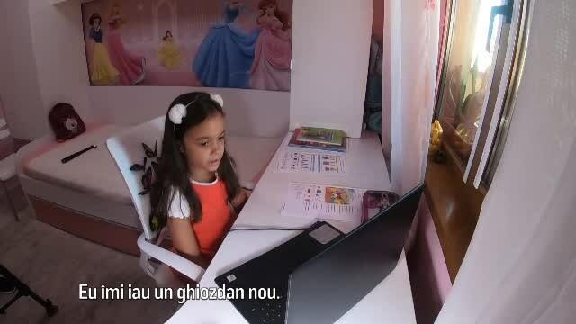 Cum se desfășoară cursurile online, cu elevi în clasă, dar și acasă: \'\'Alo, doamnă, mă auziţi?\'\'
