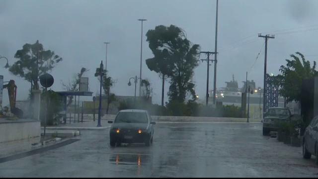 Dezastrul lăsat în urmă de furtuna Ianos în Grecia. Două persoane au murit și alta e dispărută - Imaginea 1