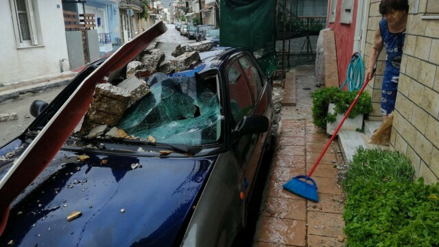 Dezastrul lăsat în urmă de furtuna Ianos în Grecia. Două persoane au murit și alta e dispărută - Imaginea 2