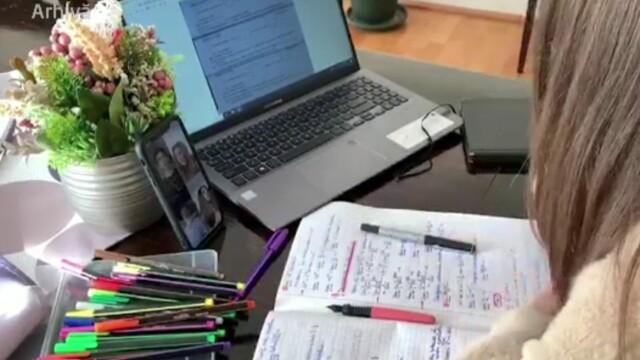 Studenții cu burse sociale din universitățile care predau online vor primi bani pentru tablete