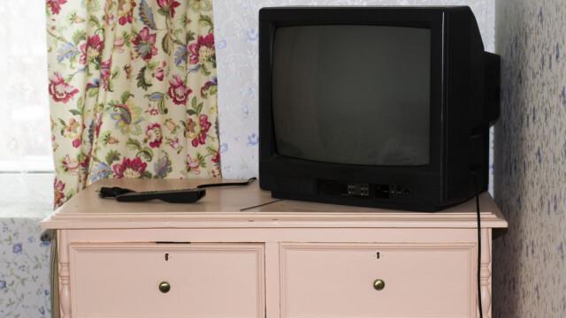"""Un bărbat a oprit internetul în tot satul timp de 18 luni cu un televizor vechi. """"Se întâmpla la 7 fix"""""""