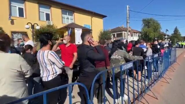 Alegeri locale 2020. Coadă de zeci de metri în Tunari. Oamenii așteaptă și trei ore să voteze - Imaginea 1