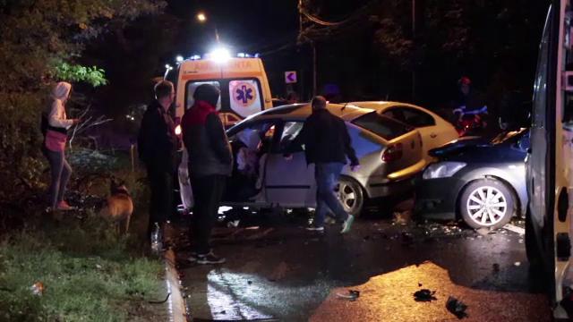 Accident grav în Iași. Nouă persoane, rănite, după ce trei mașini s-au izbit pe șosea