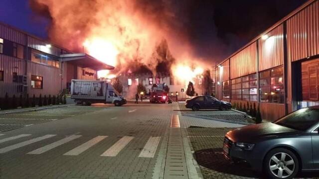Incendiu violent la o hală din Cluj Napoca. Oamenii sunt rugați să stea în case și să închidă geamurile. GALERIE FOTO - Imaginea 3