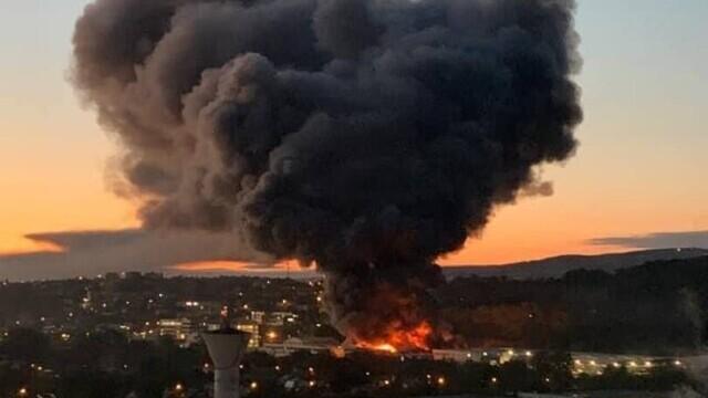 Incendiu violent la o hală din Cluj Napoca. Oamenii sunt rugați să stea în case și să închidă geamurile. GALERIE FOTO - Imaginea 2