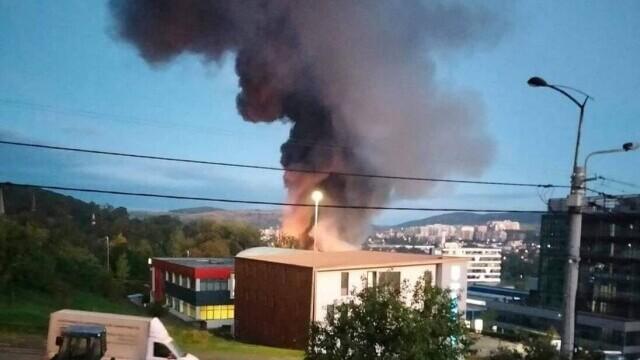 Incendiu violent la o hală din Cluj Napoca. Oamenii sunt rugați să stea în case și să închidă geamurile. GALERIE FOTO - Imaginea 1