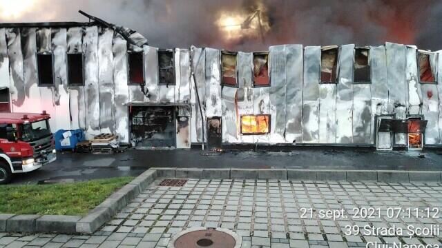 Incendiu violent la o hală din Cluj Napoca. Oamenii sunt rugați să stea în case și să închidă geamurile. GALERIE FOTO - Imaginea 8