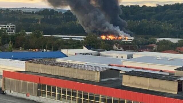 Incendiu violent la o hală din Cluj Napoca. Oamenii sunt rugați să stea în case și să închidă geamurile. GALERIE FOTO - Imaginea 7