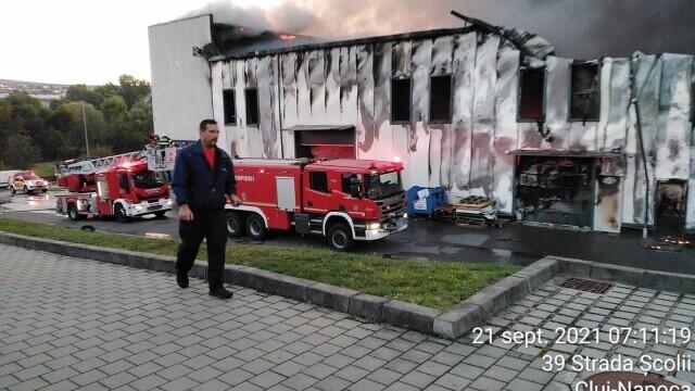 Incendiu violent la o hală din Cluj Napoca. Oamenii sunt rugați să stea în case și să închidă geamurile. GALERIE FOTO - Imaginea 6