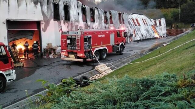 Incendiu violent la o hală din Cluj Napoca. Oamenii sunt rugați să stea în case și să închidă geamurile. GALERIE FOTO - Imaginea 5