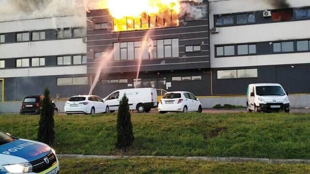 Incendiu violent la o hală din Cluj Napoca. Oamenii sunt rugați să stea în case și să închidă geamurile. GALERIE FOTO - Imaginea 4