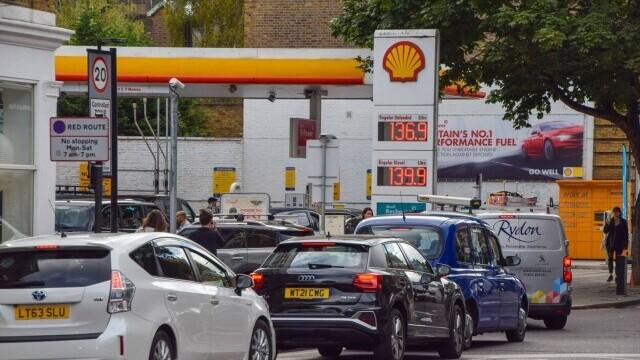 Benzina a început să fie distribuită cu rația în UK. Cozi uriașe la pompe. FOTO - Imaginea 2