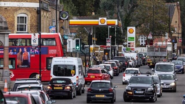 Benzina a început să fie distribuită cu rația în UK. Cozi uriașe la pompe. FOTO - Imaginea 3