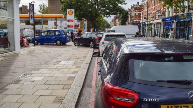 Benzina a început să fie distribuită cu rația în UK. Cozi uriașe la pompe. FOTO - Imaginea 4