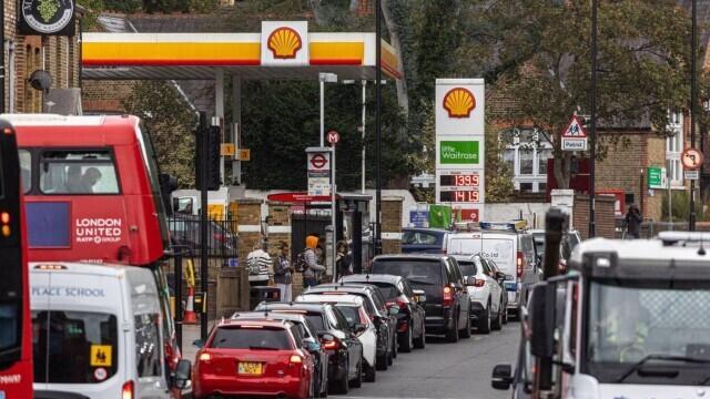 Benzina a început să fie distribuită cu rația în UK. Cozi uriașe la pompe. FOTO - Imaginea 5