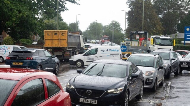 Benzina a început să fie distribuită cu rația în UK. Cozi uriașe la pompe. FOTO - Imaginea 6