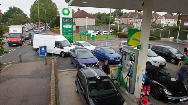 Benzina a început să fie distribuită cu rația în UK. Cozi uriașe la pompe. FOTO - Imaginea 8