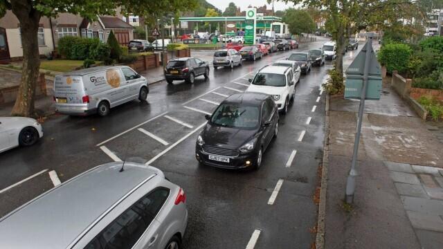 Benzina a început să fie distribuită cu rația în UK. Cozi uriașe la pompe. FOTO - Imaginea 9