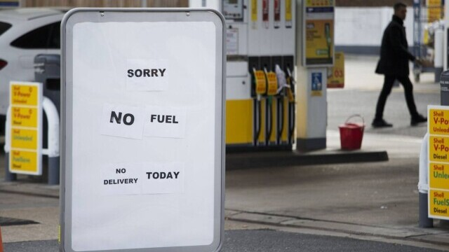 Benzina a început să fie distribuită cu rația în UK. Cozi uriașe la pompe. FOTO - Imaginea 10