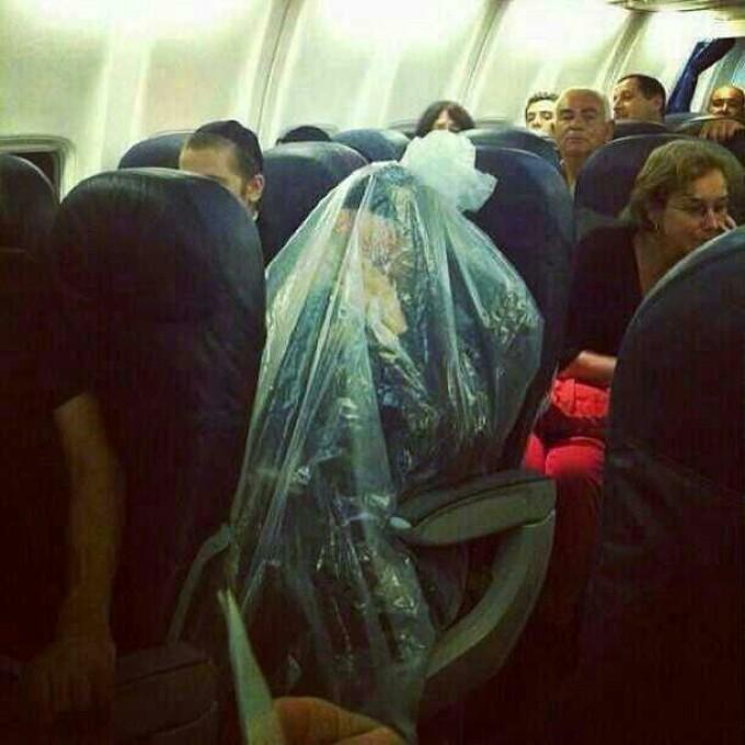 evreu acoperit cu o punga de plastic in avion