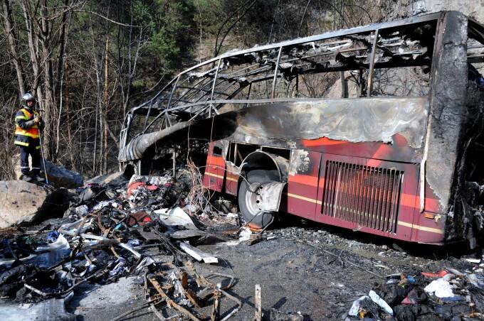 Epava autocarului care a luat foc langa l