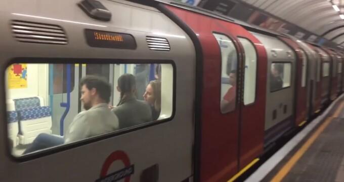 O Femeie A Fost Atacată La Metroul Londonez Pentru Că Vorbea în