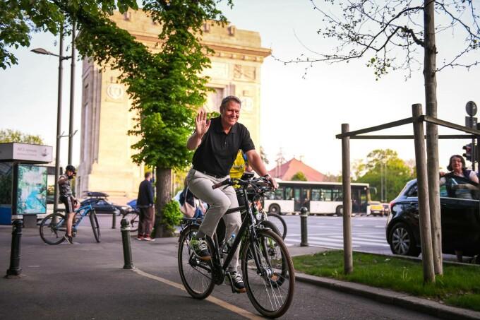 Klaus Iohannis pe bicicletă, în parcul Regele Mihai I din București