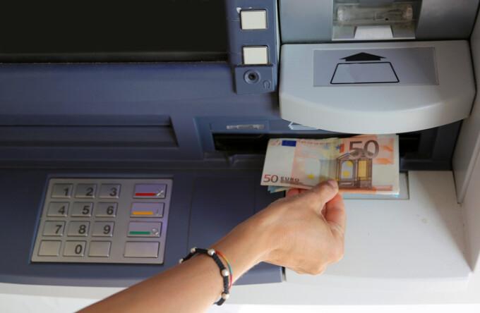 Retragerea banilor cu ajutorul bancomatului – program-de-facturare.ro